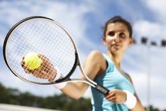 打在法院的女孩网球 图库摄影
