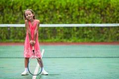 打在法院的小女孩网球 图库摄影