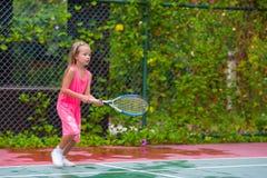 打在法院的小女孩网球 库存图片