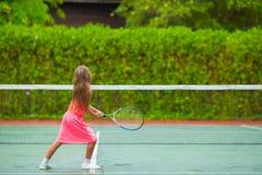 打在法院的小女孩网球 库存照片