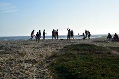 打在海滩的年轻人排球在黄昏在巴哈,墨西哥 库存照片