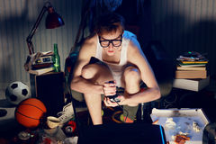 打在电视上的游戏玩家书呆子电子游戏 免版税图库摄影