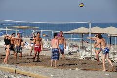 打在私有海滩胜地的度假者排球 图库摄影