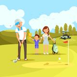 打在绿色路线的年轻嬉戏家庭高尔夫球 向量例证