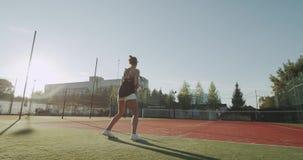 打在网球场的两个朋友夫人职业网球外面,满垒夺取 股票视频