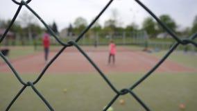 打在网球场的母亲和女儿网球,网,背景,体育,拷贝空间 影视素材