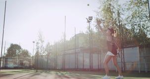 打在网球场的Sportiv妇女职业网球,好日子外面 影视素材