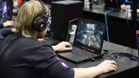 打在膝上型计算机的游戏玩家飘带电子游戏在Igromir比赛世界和可笑的骗局俄罗斯2017年在莫斯科,俄罗斯 股票录像