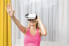 打在虚拟现实玻璃的妇女比赛 免版税库存图片