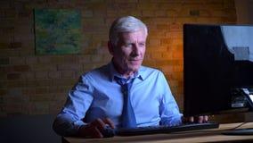 打在计算机上的老白种人商人特写镜头画象电子游戏赢得和是愉快的户内在 影视素材