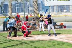 打在迪拜的孩子棒球调遣,阿拉伯联合酋长国11月2015年, 免版税库存照片