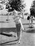 打在高尔夫球场的妇女高尔夫球(所有人被描述不更长生存,并且庄园不存在 供应商保单Th 免版税库存图片