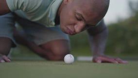 打在高尔夫球领域的年轻中东人高尔夫球 吹在边缘在的高尔夫球的帅哥 影视素材
