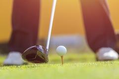 打在绿色路线的一个人高尔夫球 在高尔夫球的焦点 图库摄影
