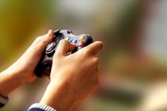 打在Xbox控制台的电子游戏 免版税库存照片