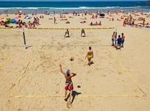 打在Zurriola海滩,圣塞瓦斯蒂安的年轻人精神排球 西班牙 免版税库存图片