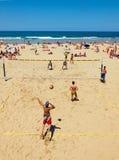 打在Zurriola海滩,圣塞瓦斯蒂安的年轻人精神排球 西班牙 库存图片