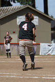打垒球的女孩 免版税图库摄影