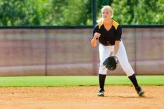 打垒球的青少年的女孩 免版税库存图片