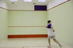 打墙网球的人员 免版税库存照片