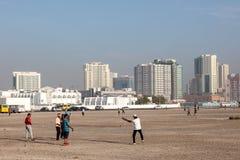 打墙网球的印地安亡命国外者在迪拜 免版税库存图片