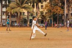 打墙网球的孩子 免版税图库摄影