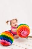 打多彩多姿的球的女婴 免版税库存图片