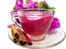 打孔机鸡尾酒与通配的茶饮料上升了 库存图片