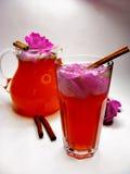 打孔机鸡尾酒与通配的茶饮料上升了 免版税库存图片