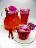打孔机鸡尾酒与通配的茶饮料上升了 库存照片