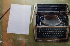 打字机、白色纸片和绿色表面,顶视图上的铅笔谎言 库存图片