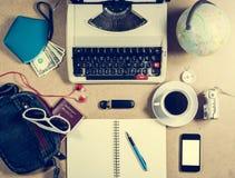 打字机和个人项目在桌上 免版税图库摄影