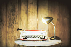 打字机和灯在木头 免版税库存图片