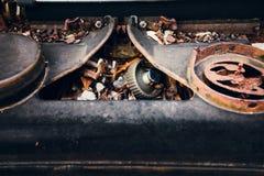 打字机守旧派铁锈丝带轮子 库存图片