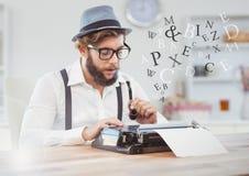 打字机的行家人在有信件的明亮的屋子里 库存照片