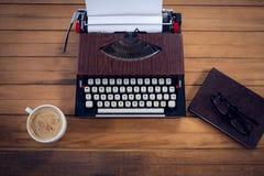 打字机顶上的看法由咖啡杯和书的 免版税库存照片