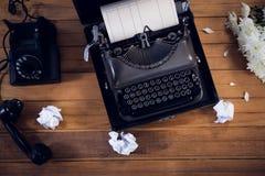 打字机顶上的看法由电话和被弄皱的纸的 免版税库存照片