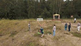 打巨型弹弓比赛的空中射击人击倒plushies外面 影视素材