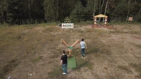 打巨型弹弓比赛的鸟瞰图两人击倒plushies外面 股票录像