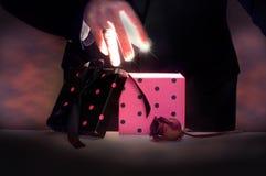 打开一个不可思议的箱子的魔术师 图库摄影