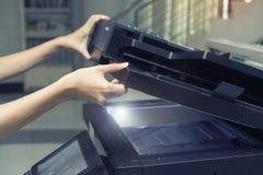 打开一个复制的设备的妇女 免版税库存照片