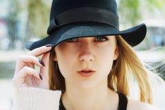 打开一个少妇的画象帽子特写镜头的 免版税图库摄影