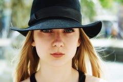 打开一个少妇的画象帽子特写镜头的 免版税库存照片