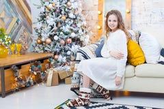 打开一个礼物的逗人喜爱的女孩在一圣诞节早晨 库存图片