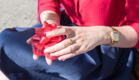 打开一个神奇礼物的女孩的手 免版税库存图片