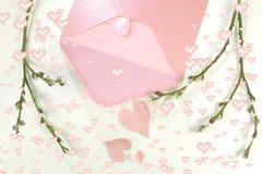 打开一个粉红彩笔信件信封和很多桃红色心脏 库存照片