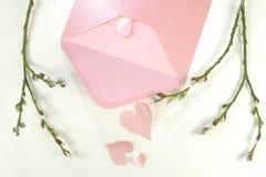 打开一个粉红彩笔信件信封和很多桃红色心脏 库存图片