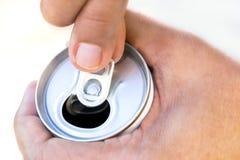 打开一个罐装饮料的手 免版税库存图片