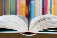打开与一个图书馆的书在背景中 免版税库存图片