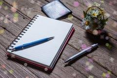 打开与传动器型的铅笔的笔记本在木背景 库存图片